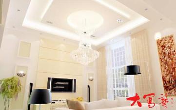 吊顶是现代室内装修设计常见的装饰手法。 吊顶既具有美化空间的作用,也是区分室内空间一种方法。很多情况下,室内空间不能通过墙体、隔断来划分,那样就会让空间显得很拥挤、很局促。设计上可以通过天花与地面来对室内空间进行区分,而天花所占的比例又很大。吊顶材料可以分为面板和架构龙骨。吊顶面板分为普通石膏板和防水防潮类面板。龙骨分为金属龙骨与木龙骨。